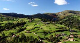 Paisaje_de_prados_de_siega_en_Cantabria_España._Monte_Riotuerto_Barrio_de_Idiopuerta-550×300