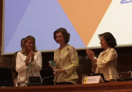 Momento de entrega a la Reina del su premio Senda 2015