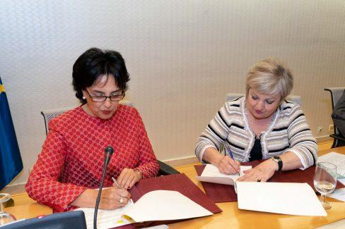 Firma del convenio Marina y Carmen