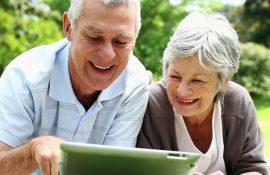 pareja-mayor-con-tablet